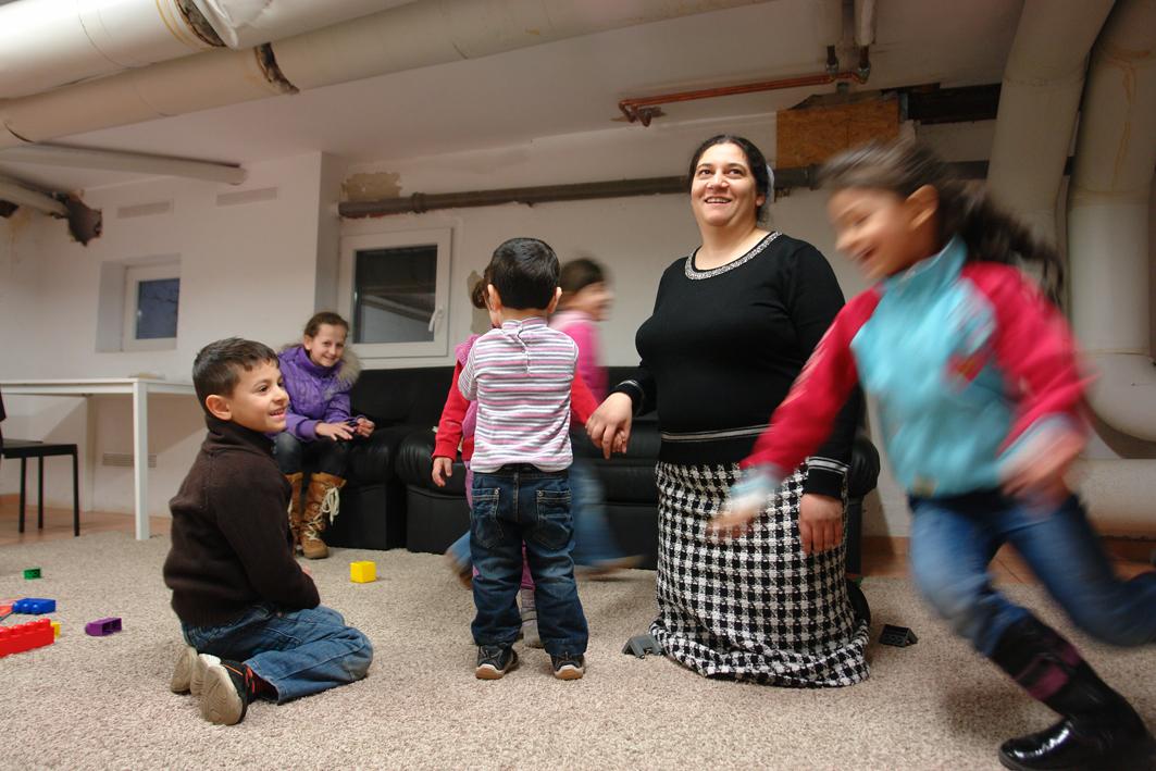 copyright/Mörath: Diane Stavarache (36) hat selbst sieben Kinder. Alle gehen in die Schule, so hat sie Zeit, den Nachwuchs anderer Roma-Familien ab und an zu betreuen.